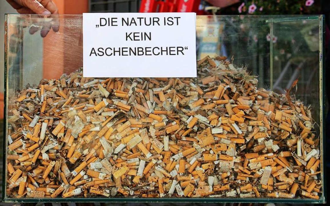 Mehr als vier Kilo Zigarettenkippen sa...l jetzt im Rathaus ausgestellt werden.    Foto: Ruth Seitz