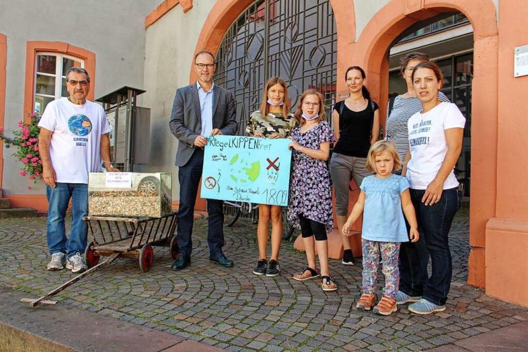 """Anlässlich des """"World Cleanup Da...Samstag an Bürgermeister Daniel Kietz.    Foto: Ruth Seitz"""