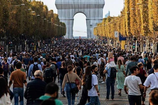 Paris bestaunt den verhüllten Arc de Triomphe