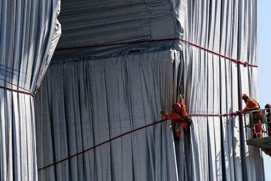 Arbeiter verhüllen den Triumphbogen (Foto: Francois Mori (dpa))