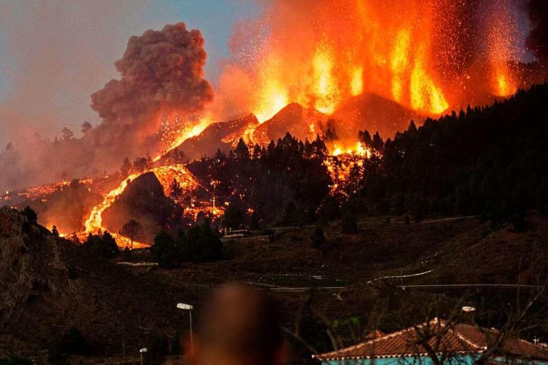 Lava läuft aus dem Vulkan Cumbre Vieja auf der kanarischen Insel La Palma.    Foto: Arturo Jimenez (dpa)