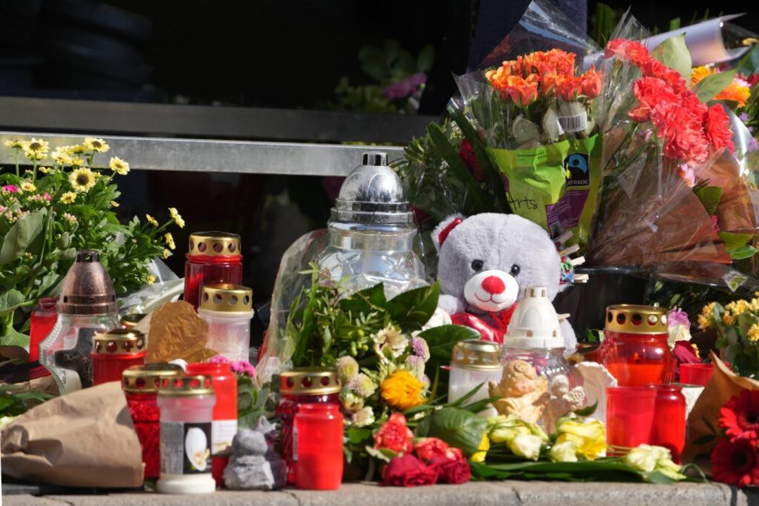 An der Tankstelle in Idar-Oberstein, i...enschen Blumen und Kerzen aufgestellt.    Foto: Thomas Frey (dpa)