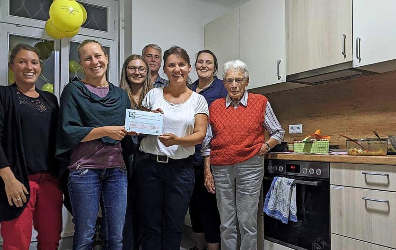 Sie freuen sich über die neue Küche im...Hildegard Drescher, älteste Landfrau.     Foto: Lea Kühnemund