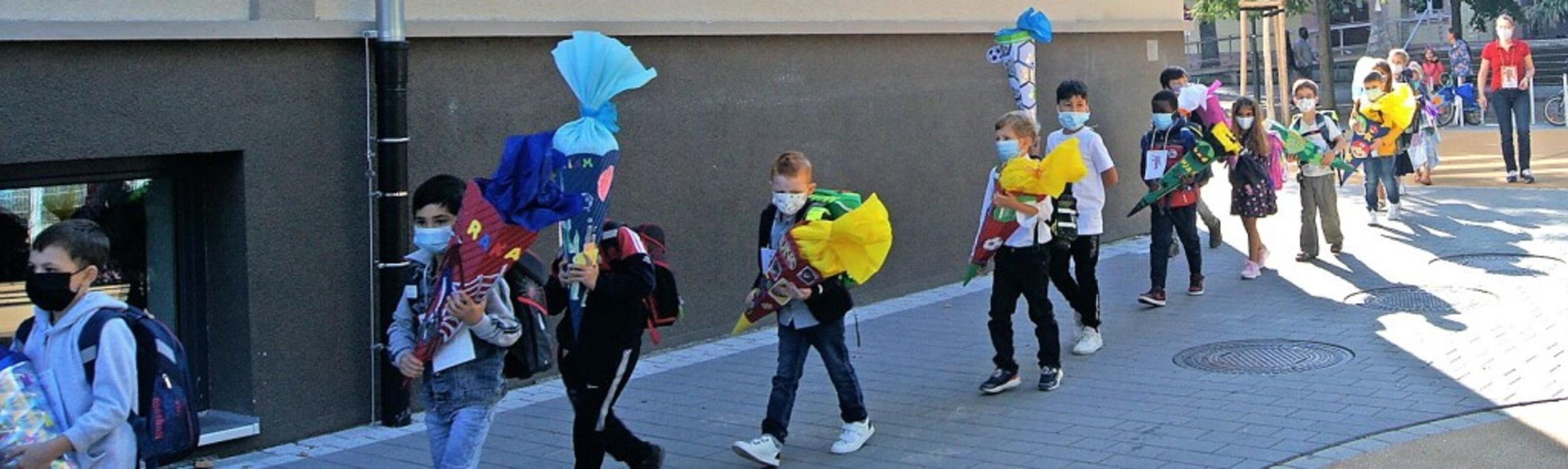 Neue Grundschülerinnen und -schüler ge...ke und Abstand in ihre Klassenzimmer.   | Foto: Carola Bruhier