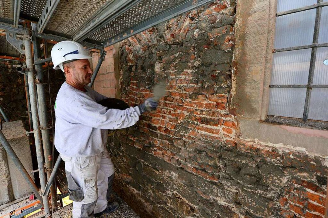 Die Außenmauer im Innenhof wird nach und nach verputzt.  | Foto: Ingo Schneider