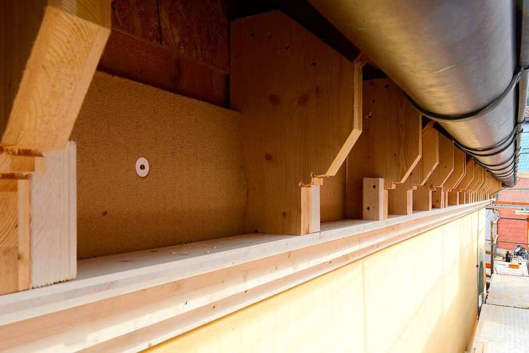 Das Gesims wird nun mit einer Holzkonstruktion angebracht.  | Foto: Ingo Schneider
