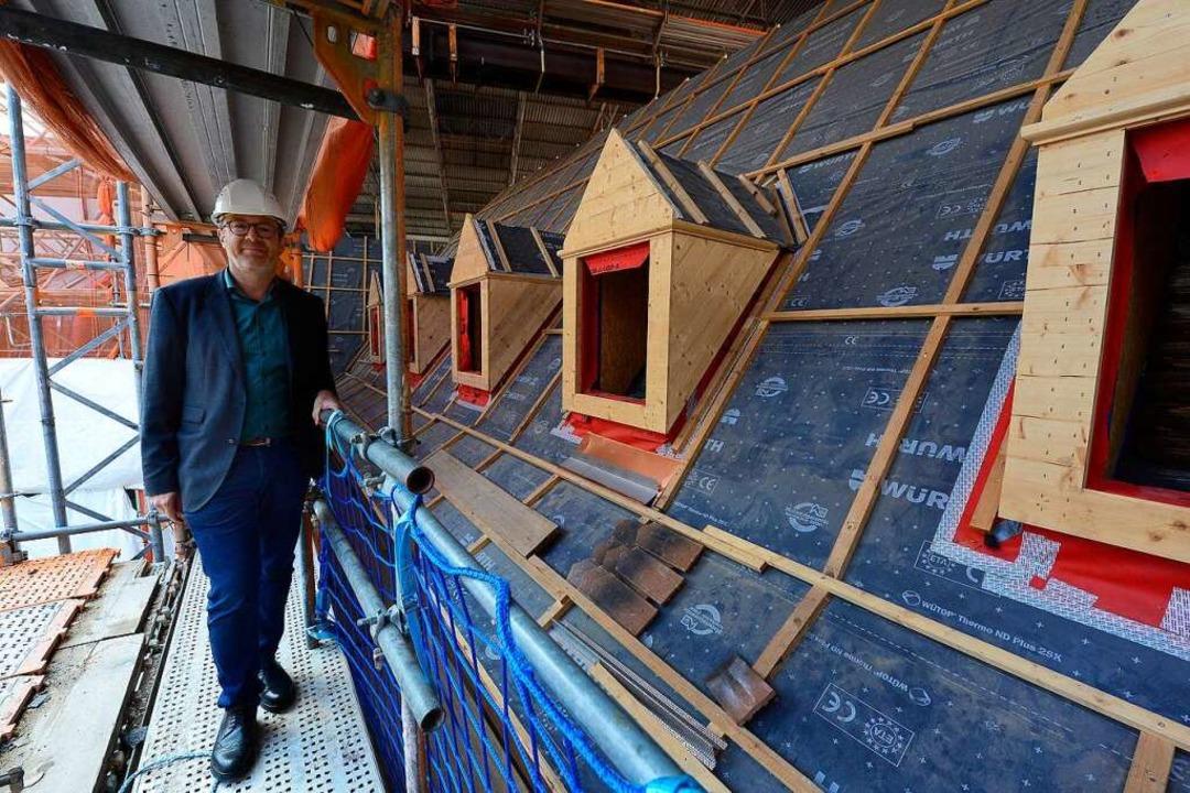 Museumsdirektor Tilmann von Stockhause...ellten Dach des alten Klostergebäudes.  | Foto: Ingo Schneider