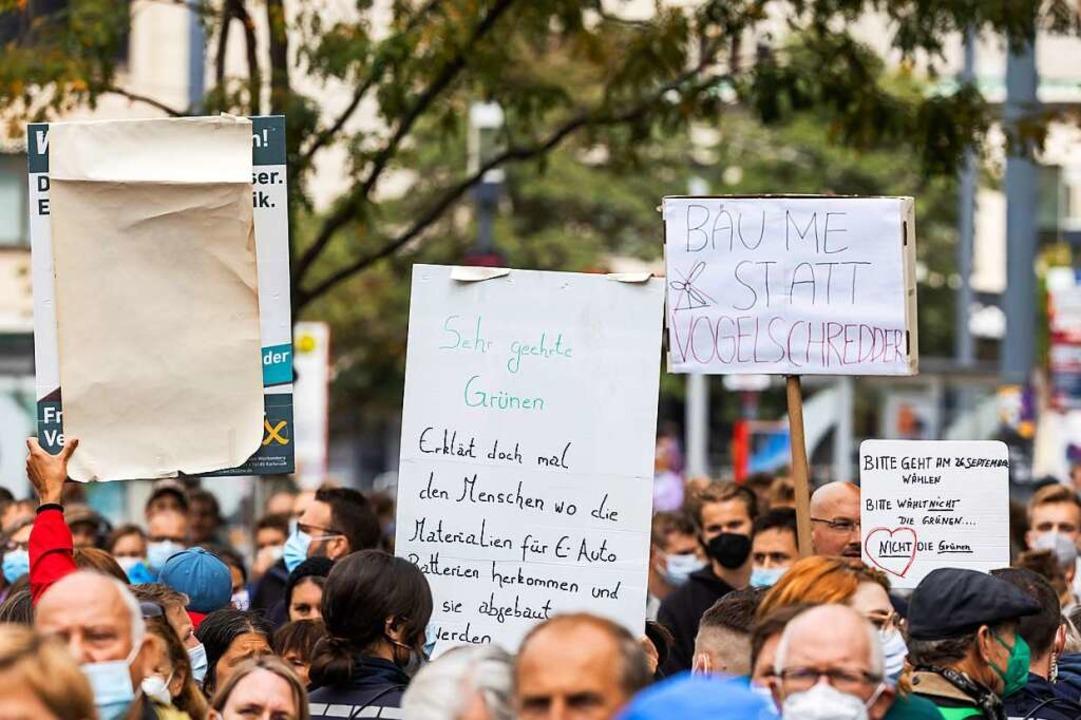 Gegendemonstranten halten Plakate hoch.    Foto: Philipp von Ditfurth (dpa)