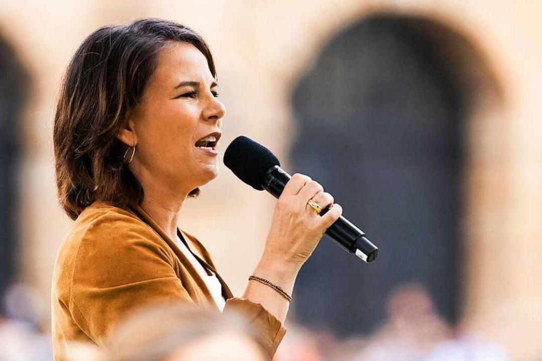 Annalena Baerbock steht auf einer Bühne und spricht zum Publikum.    Foto: Philipp von Ditfurth (dpa)