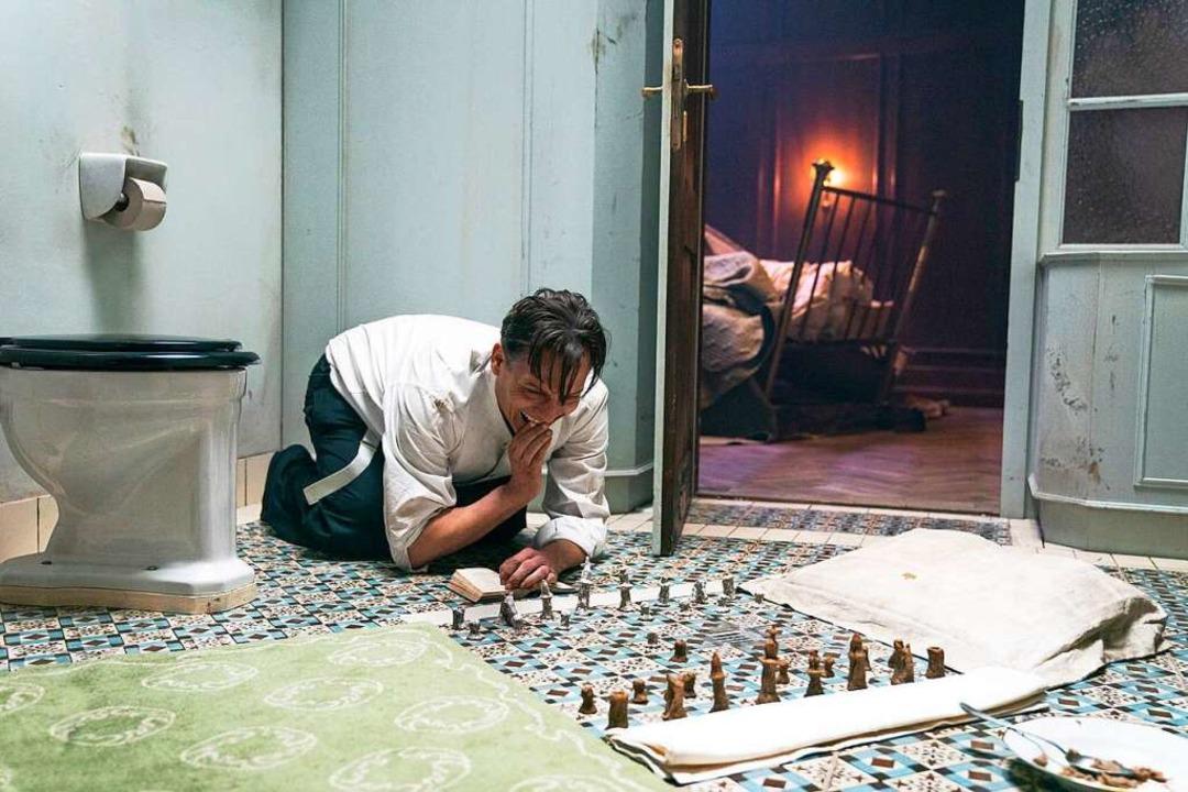 Das Schachspiel als Bollwerk gegen den...inein: Oliver Masucci als Josef Bartok    Foto: Julia Terjung (dpa)