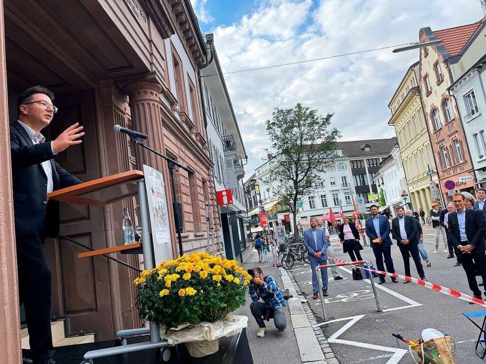 Michael Blume bei seiner Rede zum Lörracher Tag der Demokratie am Alten Rathaus.  | Foto: Barbara Ruda