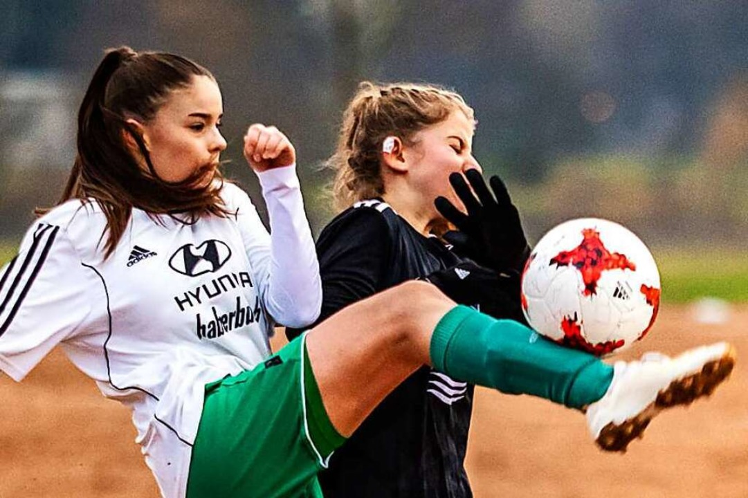 Isabel Vetterer (FC Hausen, links) und...im Verbandsliga-Derby im Dezember 2019  | Foto: Sebastian Sternemann