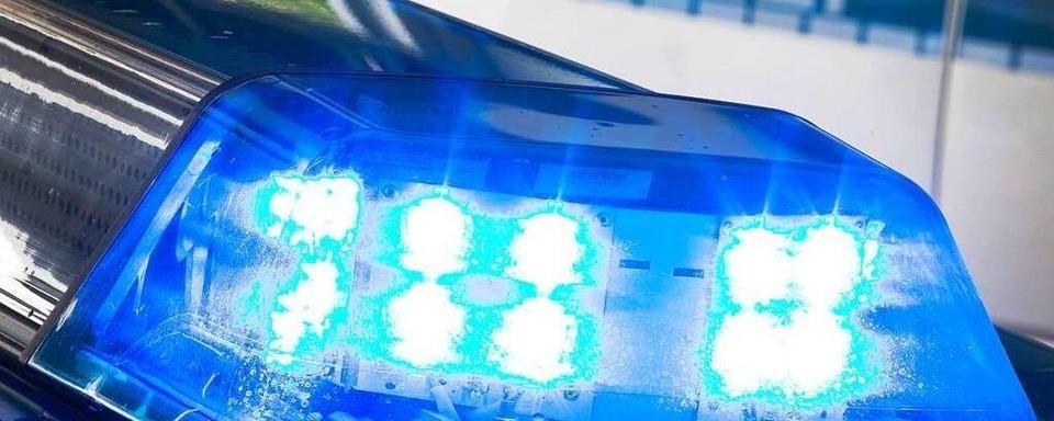 Blaue Papiertonne brennt lichterloh