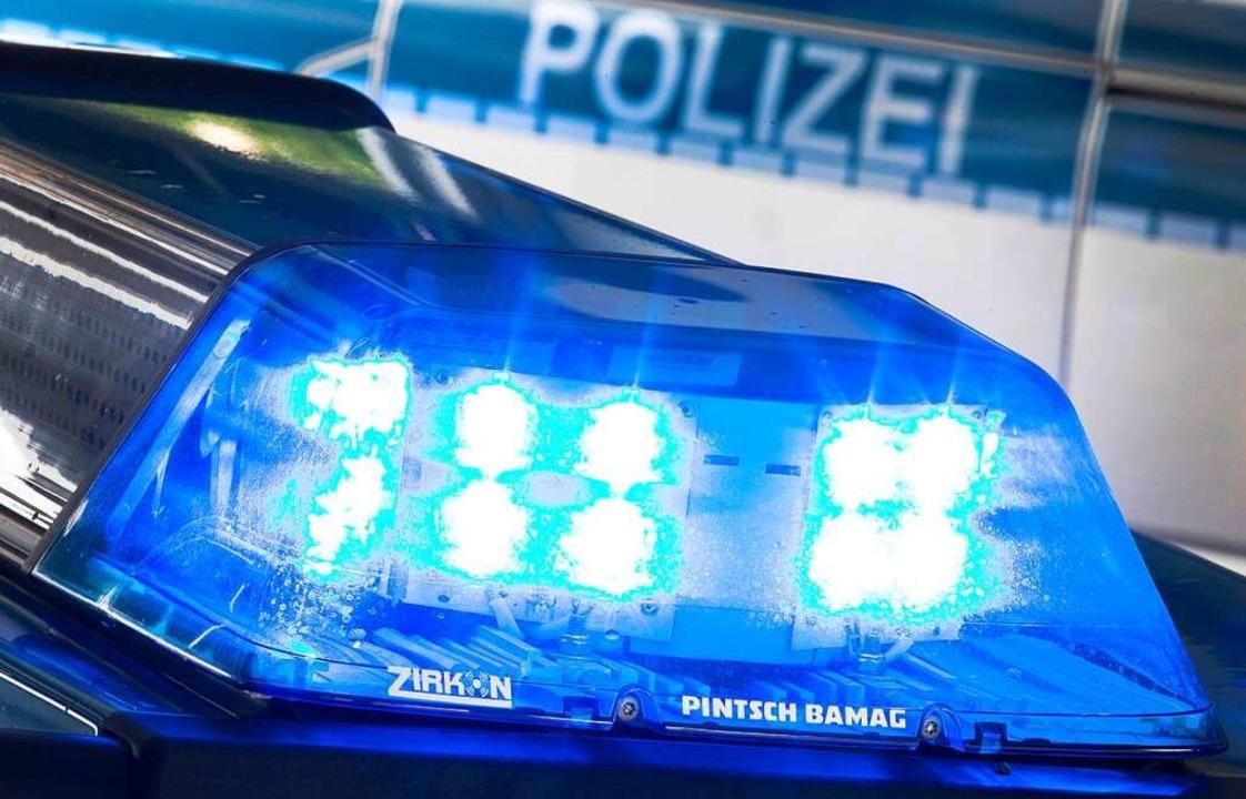 Eine blaue Papiermülltonne wurde von U... der Friedrichstraße in Brand gesetzt.  | Foto: Friso Gentsch (dpa)