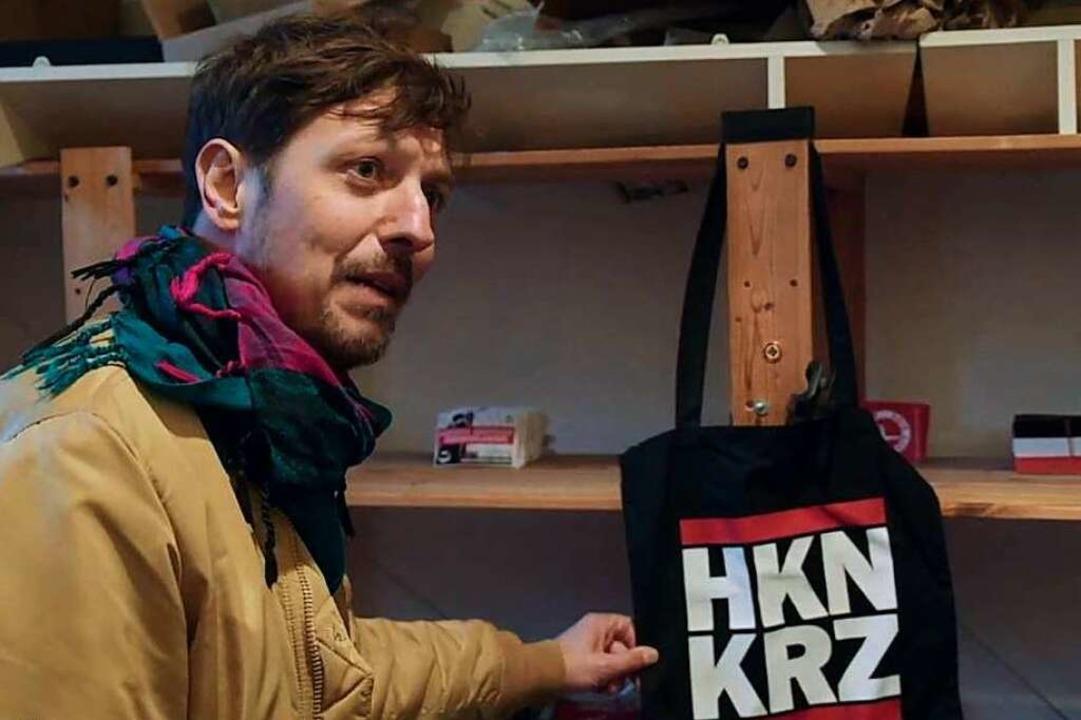 Thilo Mischke in einer Filmszene in ei...ager mit rechtsextrem codierter  Ware.  | Foto: ProSieben