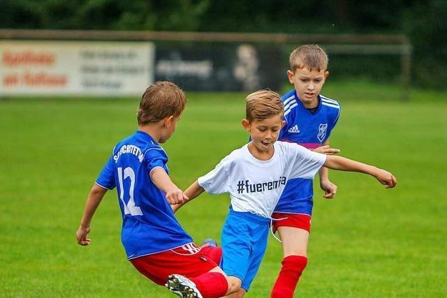 Kinder aus Eichstetten und Holzhausen kicken für Emilia
