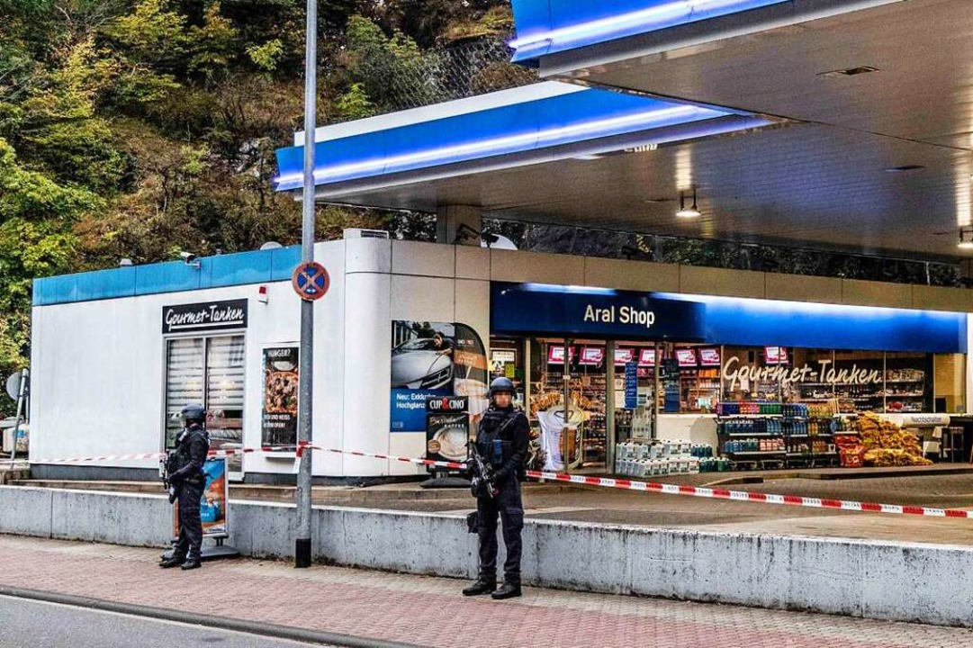Polizisten sichern den Tatort.    Foto: Christian Schulz (dpa)