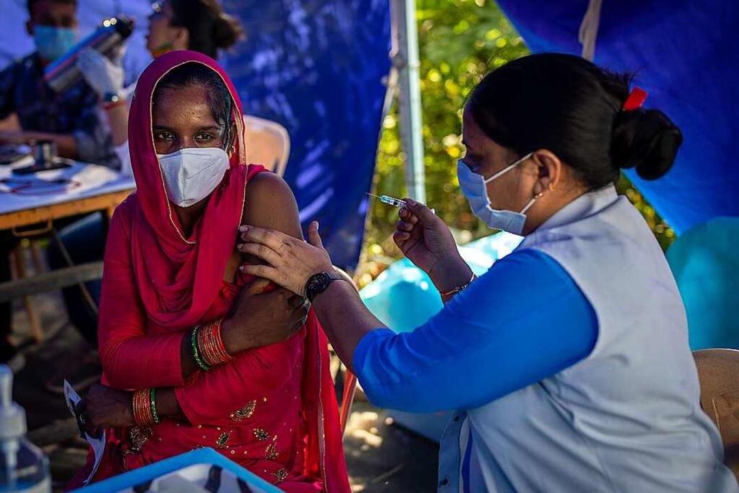 Neu-Delhi: Eine Mitarbeiterin des Gesu...ion für Obdachlose und Wanderarbeiter.    Foto: Altaf Qadri (dpa)