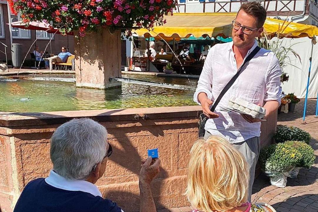 Tino Ritter verteilt in Ettenheim Ritter-Sport-Täfelchen und Eier.  | Foto: Mark Alexander