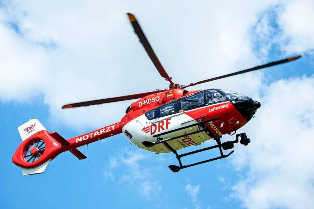 Eine Schwerverletzte  wurde mit dem Re...hubschrauber ins Krankenhaus gebracht.  | Foto: Hauke-Christian Dittrich (dpa)