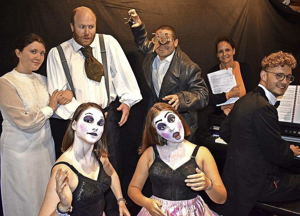 Darsteller (von links, hintere Reihe):...nten rechts Regisseurin Corinna Vogt.   | Foto: suedkurier
