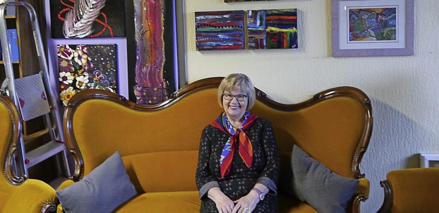 Sofa im Atelier von Hannelore Exner-Capelle ist eine Hommage an Loriot.  | Foto: Heidi Ast