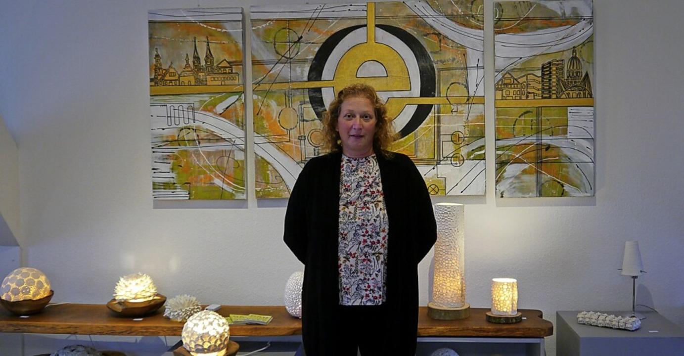 Tanja Schmidt vor ihrer Malerei und selbst hergestellten Porzelanlampen  | Foto: Heidi Ast