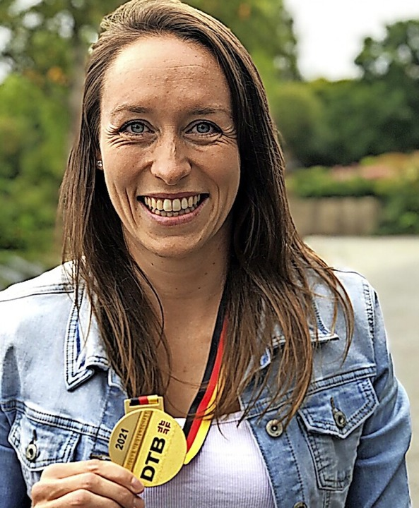 Sabine Storz präsentiert ihre zehnte DM-Goldmedaille.   | Foto: privat