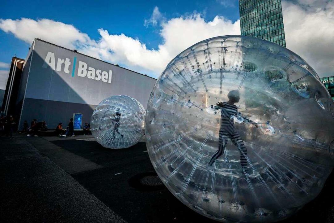 Zorbing-Bälle  als Zeichen sozialer Isolation vor den Hallen der Art Basel  | Foto: FABRICE COFFRINI (AFP)