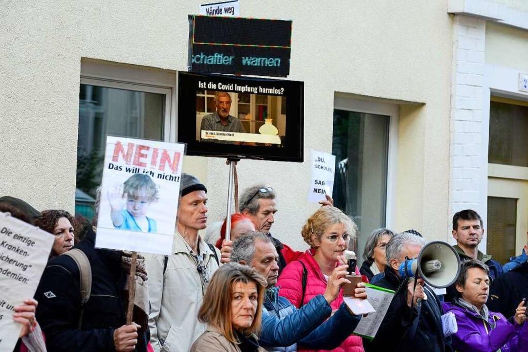 Rund 100 Impfgegner haben sich lautstark gegen Covid-19-Impfschutz eingesetzt.  | Foto: Ingo Schneider