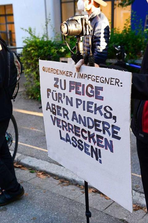Auch die Gegner der Impfgegner waren unterwegs.  | Foto: Ingo Schneider