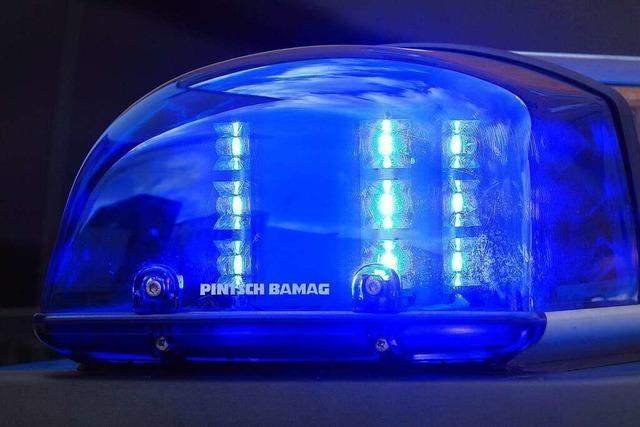 Junger Mann fährt Auto unter Alkoholeinfluss die Böschung hinunter