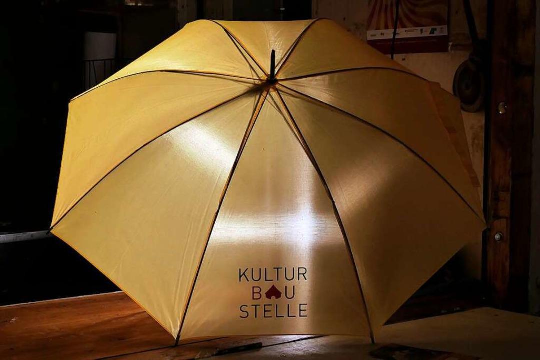 Ein kleiner Gag der Kulturbaustelle: J... erhält einen eigens kreierten Schirm.    Foto: Hans-Peter Müller