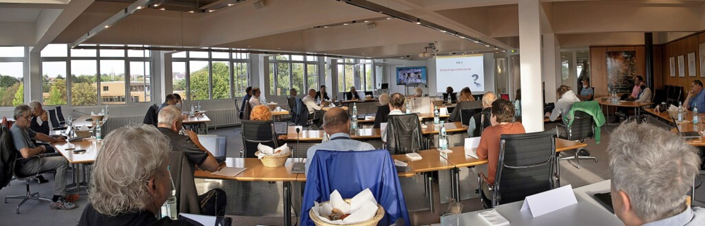 Reihen statt U-Form: Die neue Sitzordnung im Rathaus ist keine Ratsrunde mehr.    Foto: Volker Münch