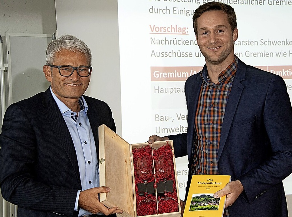 Ehrenglas und Buchpräsent für Ulli Waldkirch (rechts).    Foto: Volker Münch
