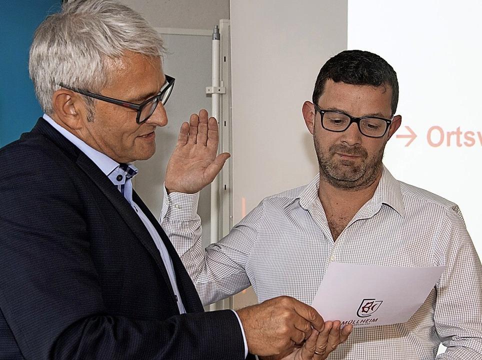 Bürgermeister Löffler vereidigt Ralf Schwald.    Foto: Volker Münch