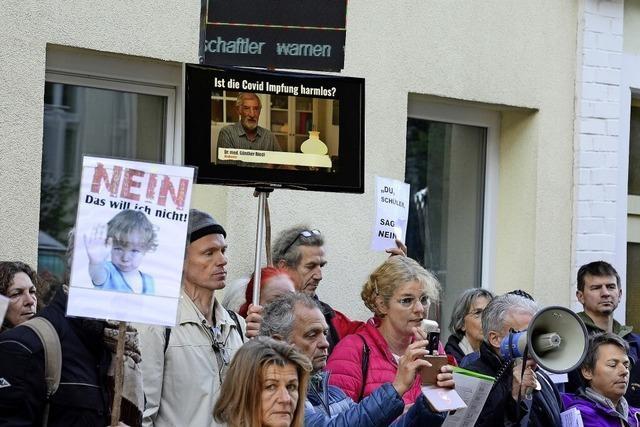 Mit Plakaten und Drohungen gegen Impfaktion