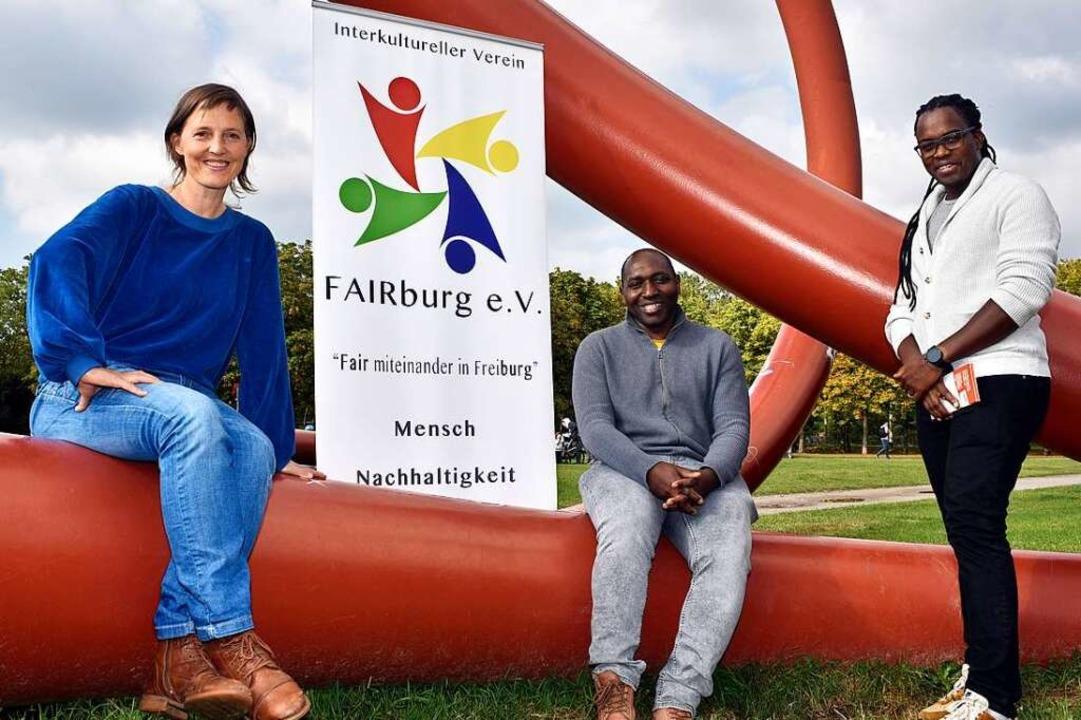 Sie engagieren sich im Verein Fairburg...necke, Gustave Nango und Alex Moepedi.  | Foto: Thomas Kunz