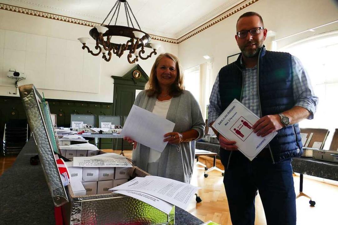 Die Koffer für die Wahllokale werden g...arcus Krispin und Anja Becker-Nikolai.  | Foto: André Hönig