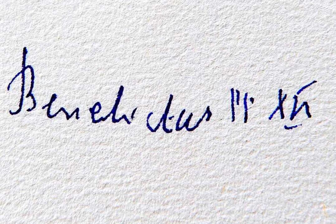 Pflichtaufgabe auch für einen Papst: die Unterschrift im Goldenen Buch  | Foto: Ingo Schneider
