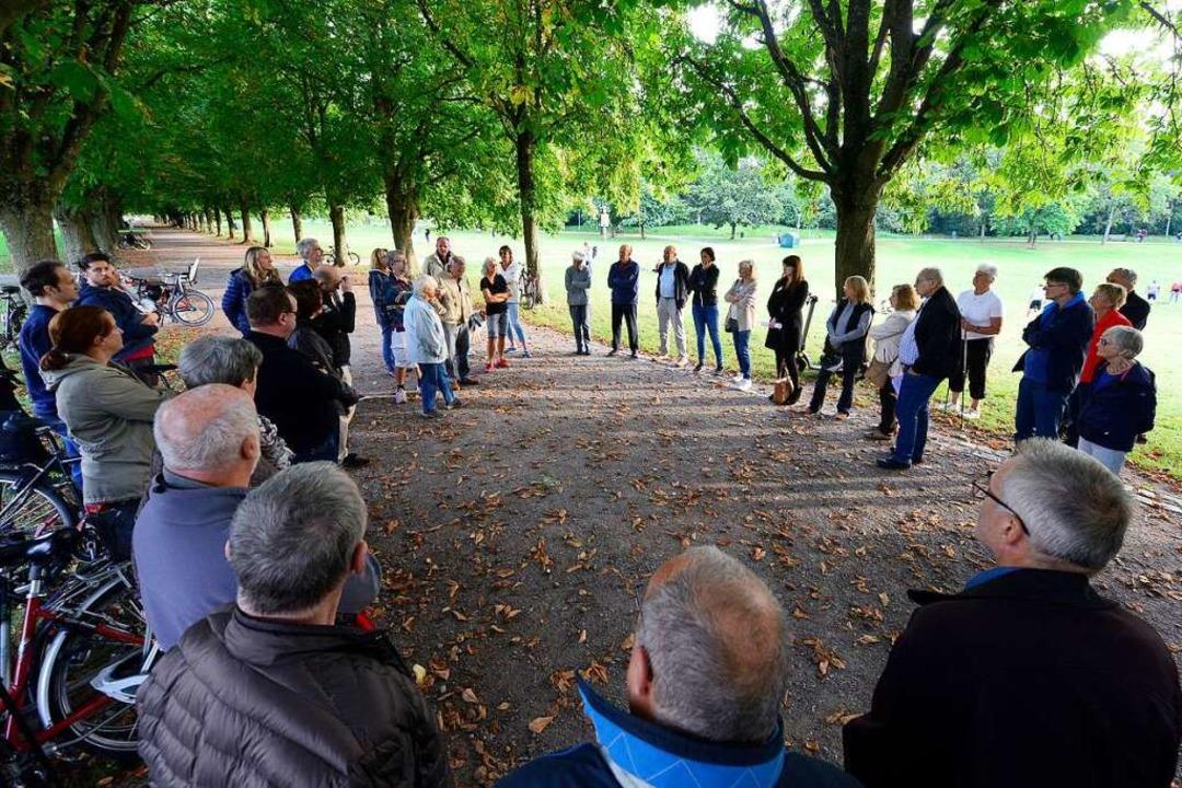Rund 50 Anwohnerinnen und Anwohner hab...bend mit drei Stadträten ausgetauscht.    Foto: Ingo Schneider