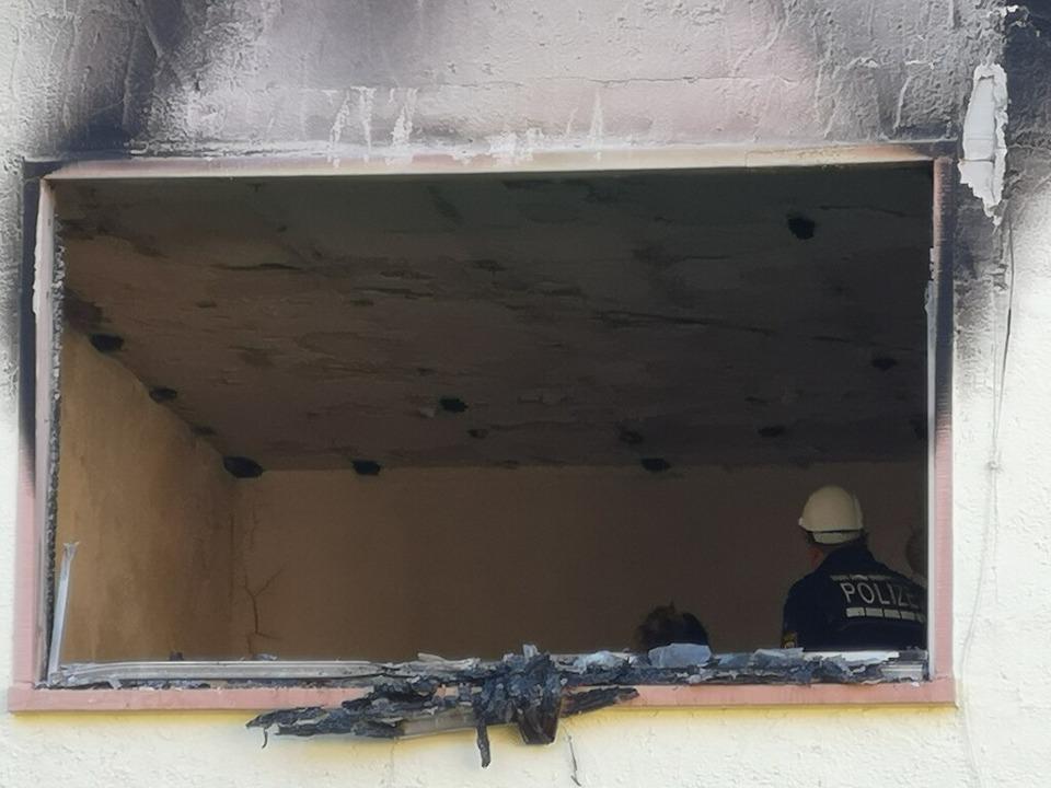 Brandsachverständige der Polizei suchen nach der Brandursache.  | Foto: Ralf Burgmaier
