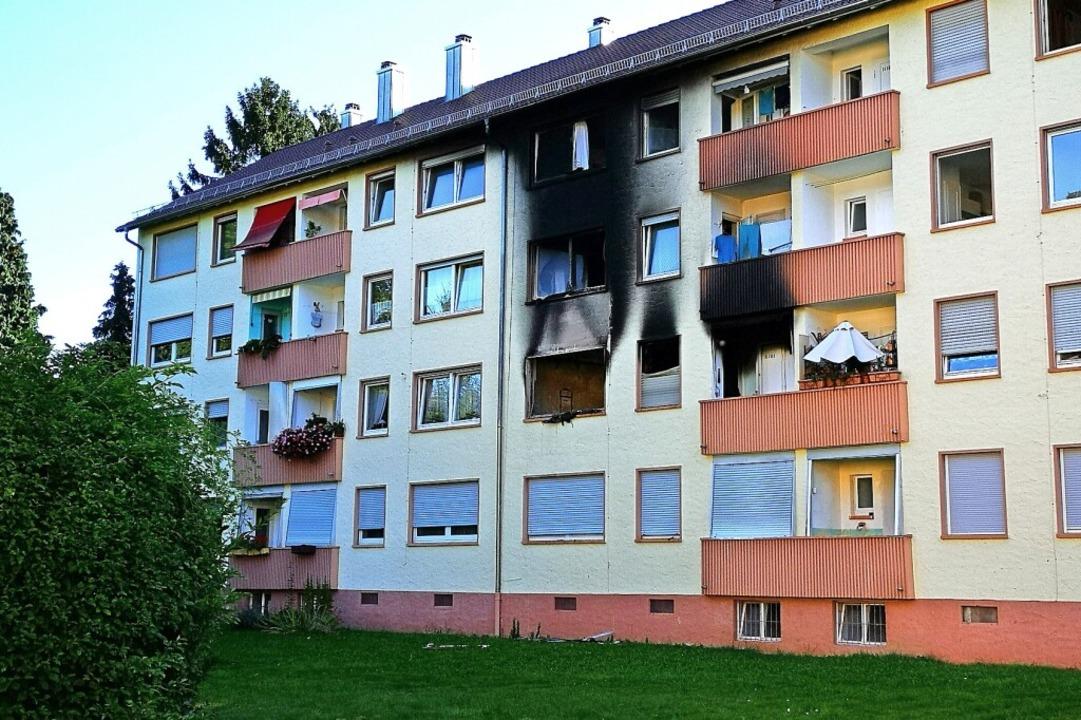 Die Westseite des Blocks: Das Feuer ha... lassen und die Fassade rußgeschwärzt.  | Foto: Ralf Burgmaier