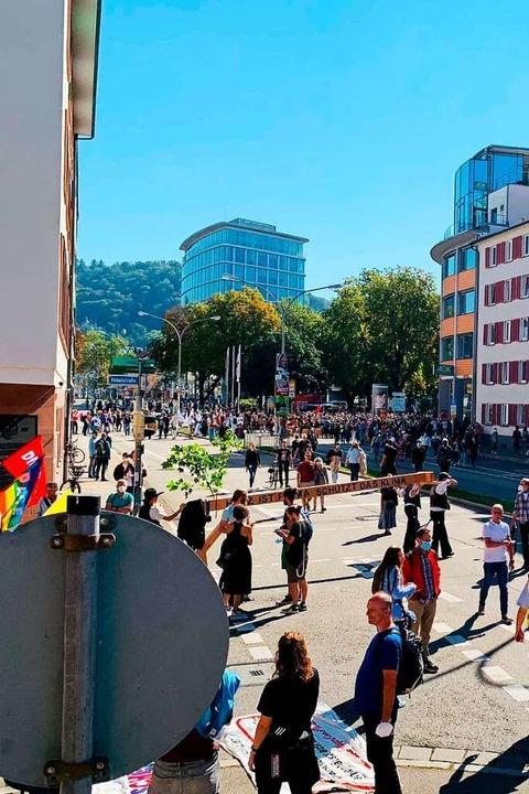 Die Klima-Aktivisten auf dem Weg in die Freiburger Innenstadt.    Foto: Gina Kutkat