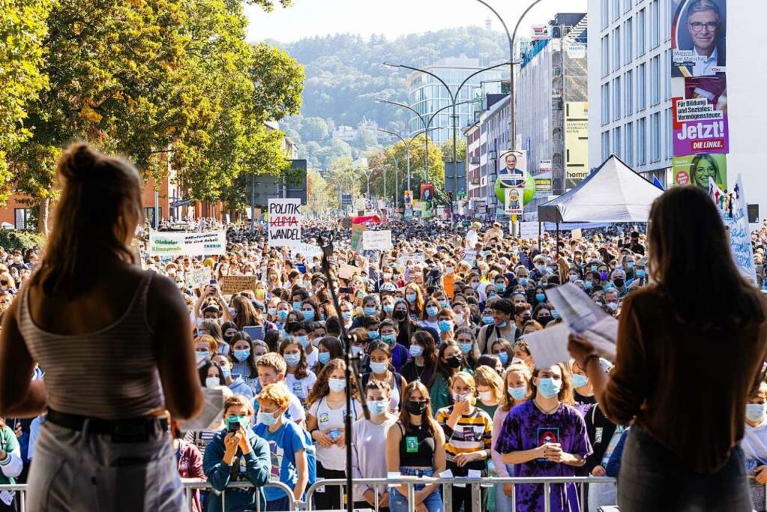 """Demonstranten hören während einer Klim...t;Fridays for Future"""" Rednern zu.    Foto: Philipp von Ditfurth (dpa)"""