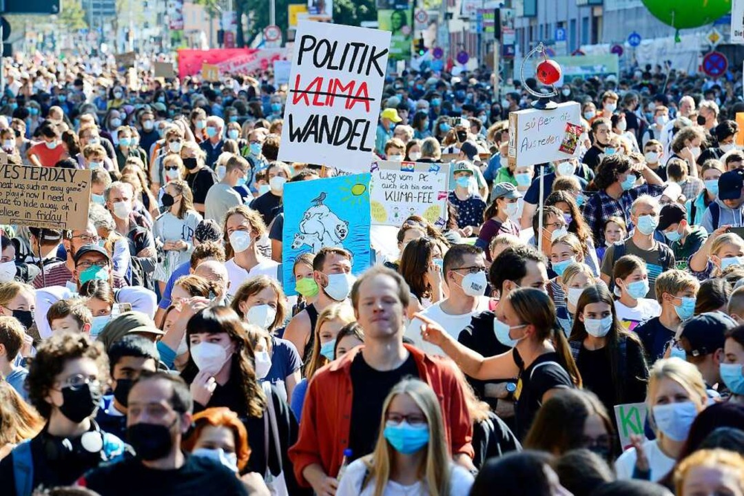 """Demonstranten hören während einer Klim...t;Fridays for Future"""" Rednern zu.    Foto: Ingo Schneider"""