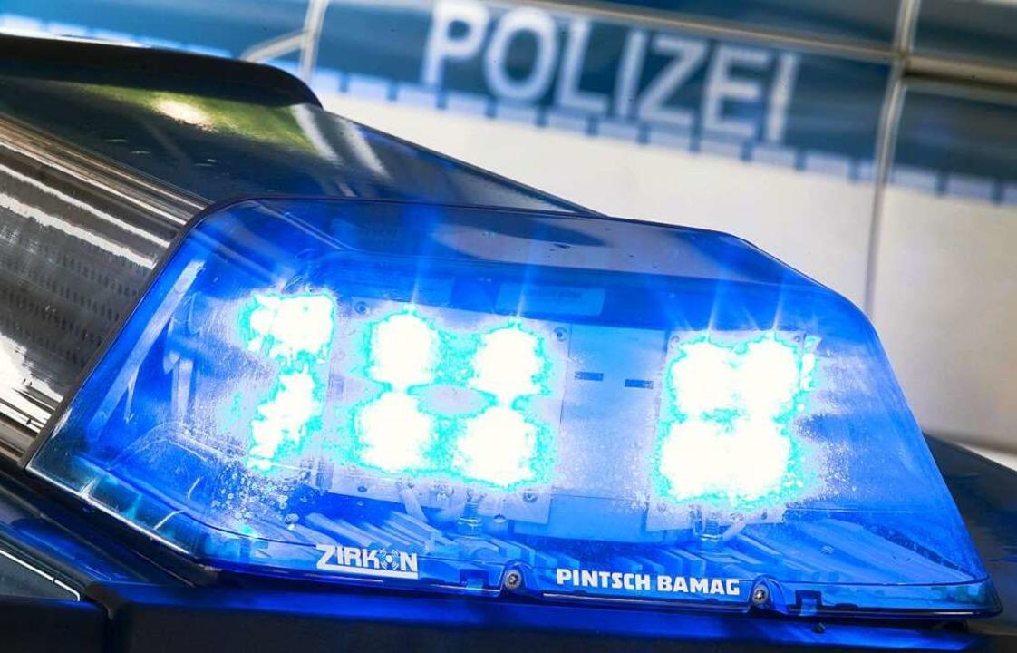Die Polizei ist auf der A5 im Einsatz.  | Foto: Friso Gentsch (dpa)
