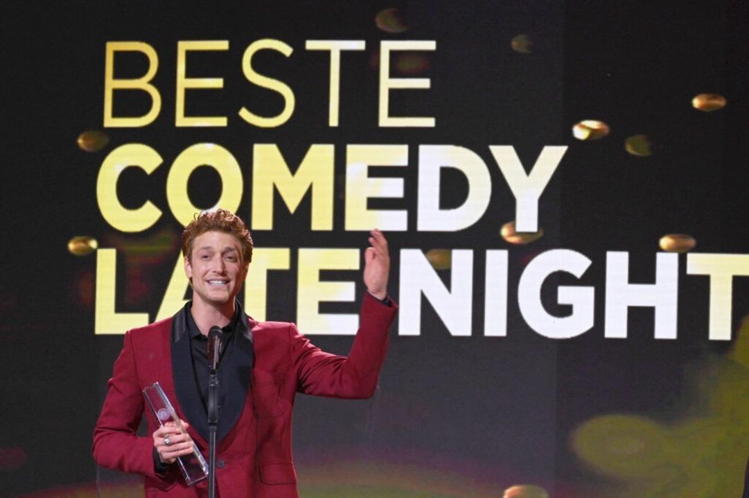 Schauspieler Daniel Donskoy auf der Bühne des Deutschen Fernsehpreises.    Foto: Henning Kaiser (dpa)