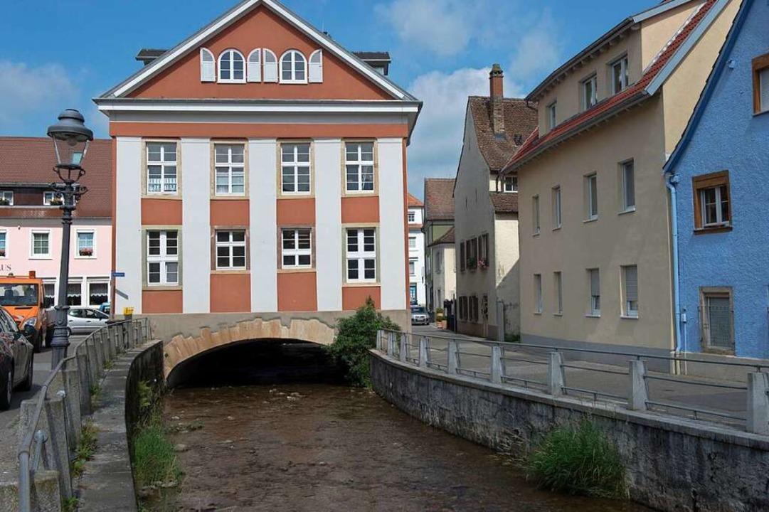 Der Durchfluss unter dem alten Schlach...tenzielles Nadelöhr im Hochwasserfall.  | Foto: Volker Münch