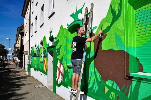 An einer Fassade in Freiburg-Stühlinger entsteht ein XXL-Graffito